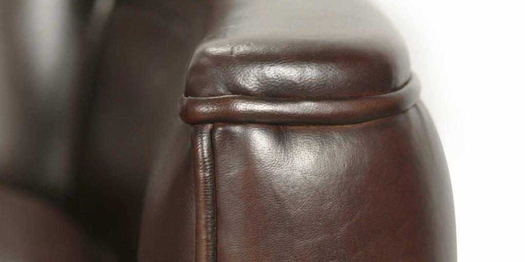 Belle Epoque, canapé 3 places, cuir chocolat, détail accoudoir